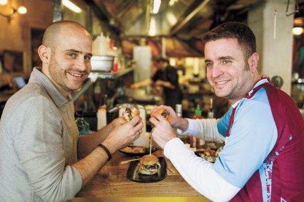 יהונתן ועמית במסעדת קרייב בירושלים (צילומים: אסף קרלה)