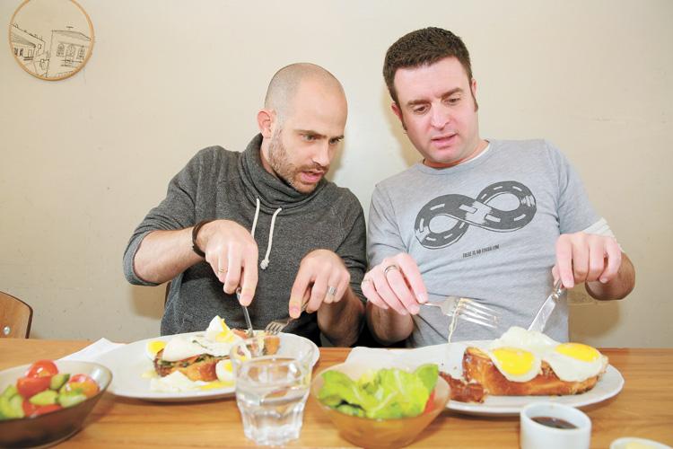 יהונתן ועמית במסעדת חבה בירושלים (צילומים: ארנון בוסאני)