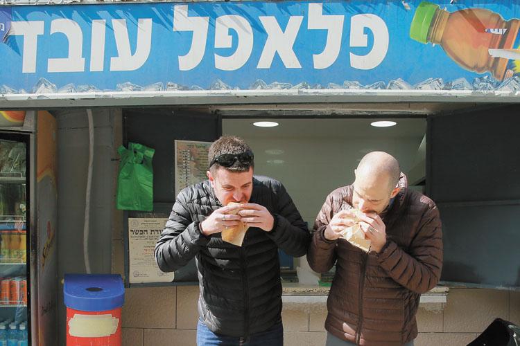 עמית ויהונתן בפלאפל עובד בירושלים (צילומים: ארנון בוסאני)