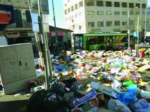 אשפה בשוק מחנה יהודה במהלך השביתה הגדולה בירושלים, ינואר 2017 (צילום: ארתור מרקוביצ'י)