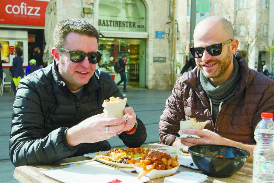 עמית ויהונתן במסעדת אגלי באפלו בירושלים (צילומים: אסף קרלה)