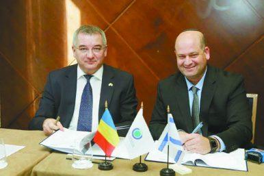 מנכ''ל הגיחון זהר ינון (מימין) חותם על הסכם שיתוף הפעולה