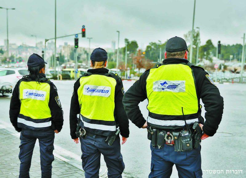 שוטרים בצומת הגבעה הצרפתית (צילום: דוברות המשטרה)