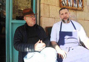 אסף גרניט ויוסי גרניט על המרפסת של מסעדת מחניודה בירושלים. צילום: פול סגל