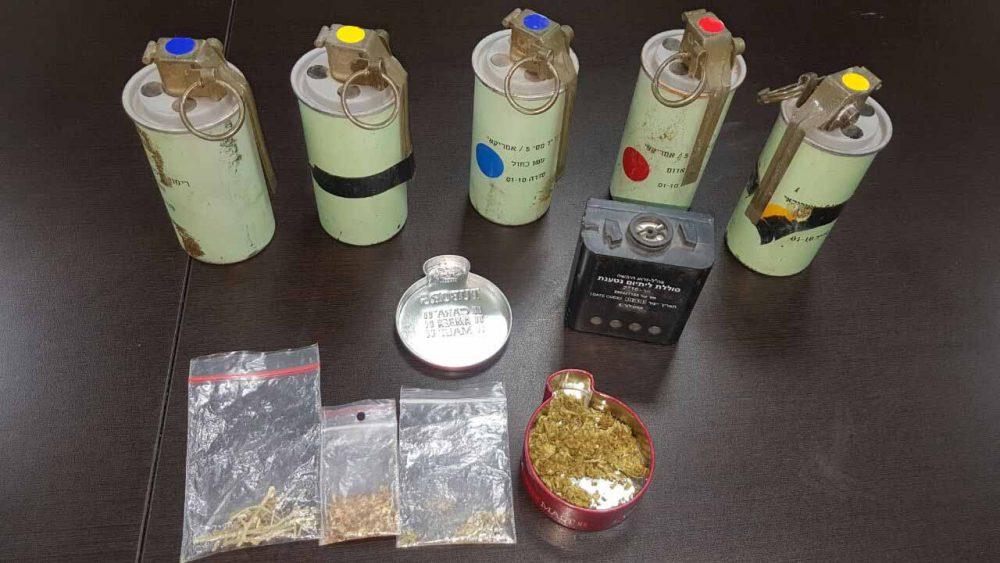 """רימוני עשן צה""""ליים וסמים (צילום: דוברות משטרת ירושלים)"""