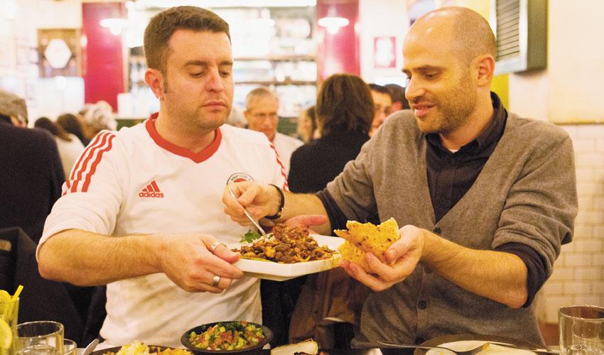 עמית אהרנסון ויהונתן כהן אוכלים מסעדת חצות (צילום: אסף קרלה)
