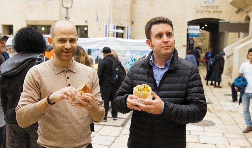 יהונתן ועמית בסיור טעימות ברובע היהודי (צילומים: אסף קרלה וארנון בוסאני)