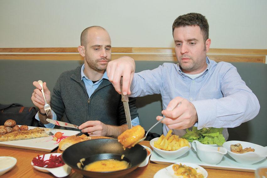 יהונתן כהן ועמית אהרנסון במסעדת פסקדוס בירושלים (צילומים: ארנון בוסאני