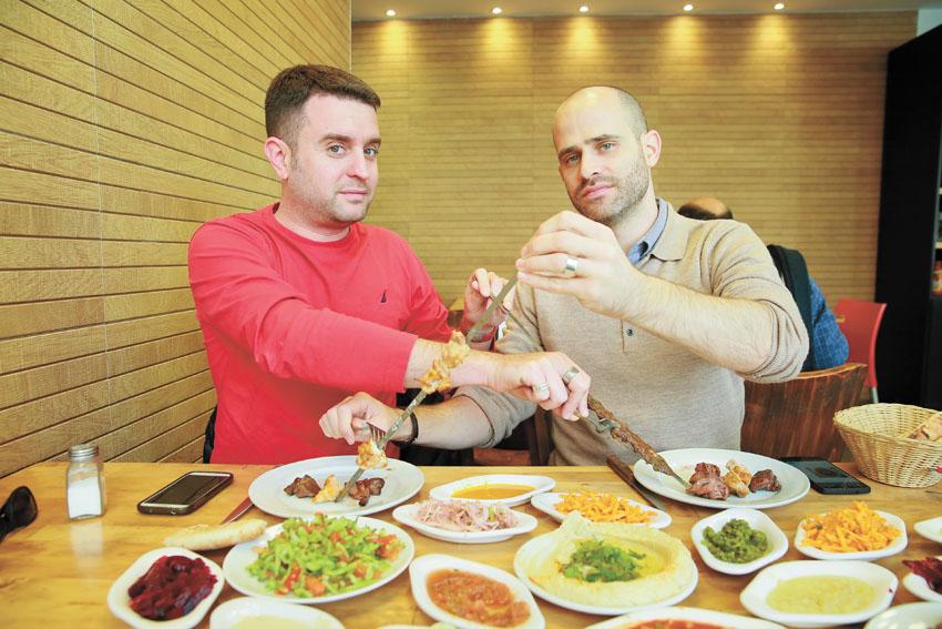 עמית אהרנסון ויהונתן כהן במסעדת ציון הקטן בירושלים (צילומים: ארנון בוסאני)