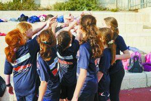 קבוצת הכדורגל של בית הספר אגרון בירושלים (צילום: סיטיפס הרכבת הקלה בירושלים)