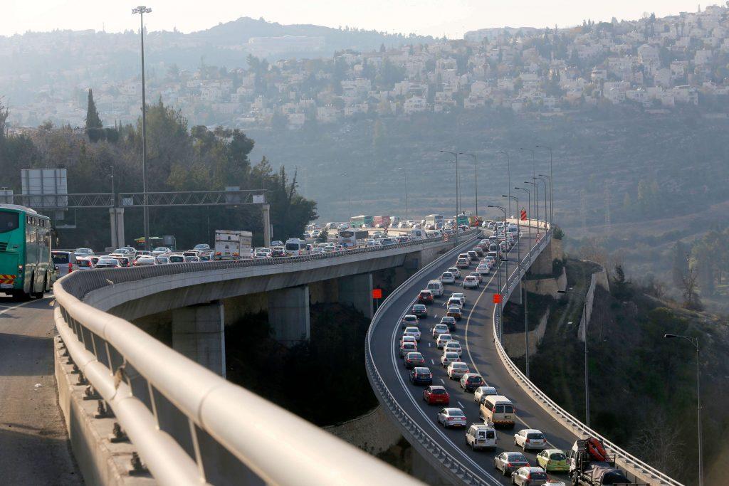 פקקים בכביש 1 (צילום: אורן בן-חקון)