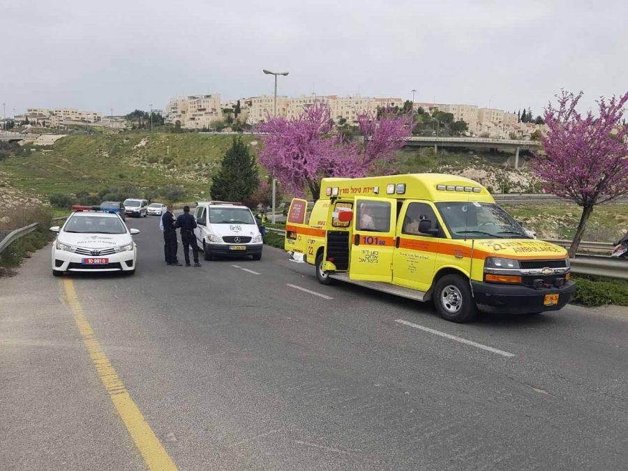 """תאונת רוכב האופנוע בשדרות משה דיין (צילום: דוברות מד""""א)"""