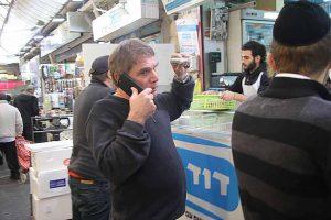 משה נוסבאום בשוק מחנה יהודה (צילום: פול סגל)