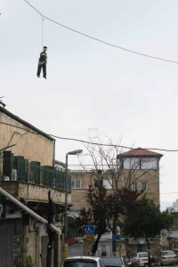 """בובות """"חייל תלוי"""" בכיכר השבת (צילום: דוברות המשטרה)"""