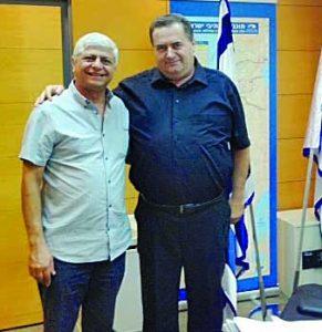 שר התחבורה ישראל כץ וראש עיריית מעלה אדומים בני כשריאל (צילום: עיריית מעלה אדומים)
