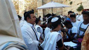 משה גיאת וילדי בר מצווה בכותל (צילום: מוטי צדוק)