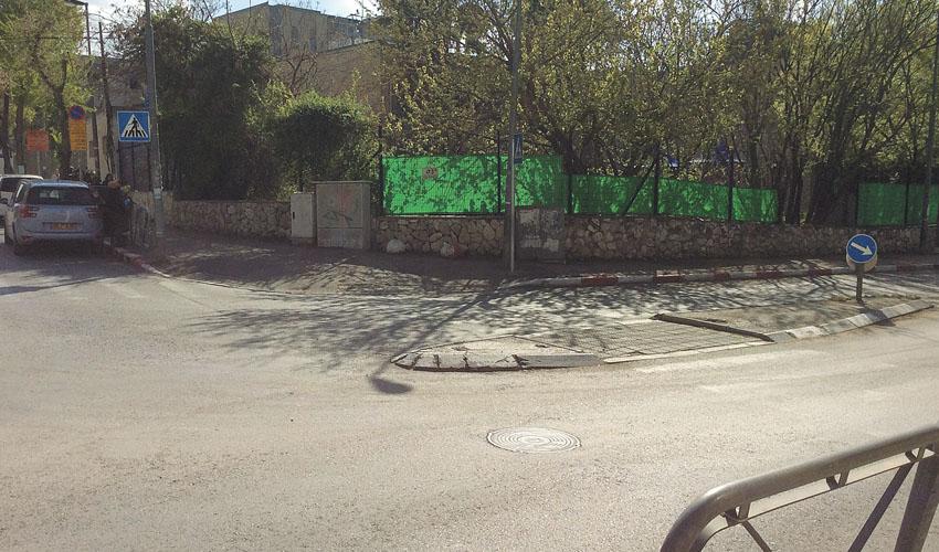 מעבר חציה בקטמון ליד בית הספר גאולים. (צילום: איתי פישהנדלר)