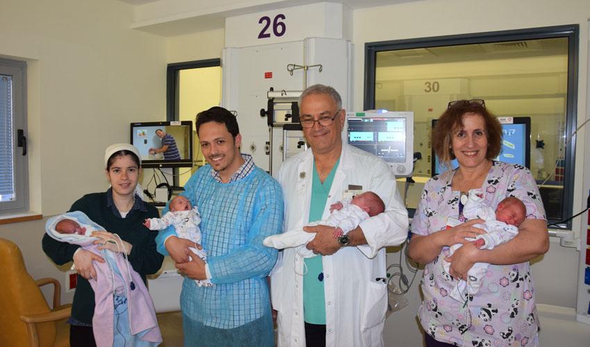 שרה פרוינד, פרופ' ארנון סמואלוב וזוג ההורים עם הרביעייה החדשה (צילום: דוברות שערי צדק)