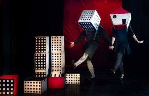 """מתוך ההצגה """"קרקס קוביות"""" בתיאטרון הקרון (צילום: דור קדמי)"""
