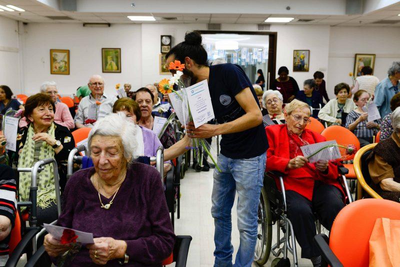 """בני נוער מעניקים פרחים למאות קשישים בעיר: """"תודה שבניתם לנו מדינה"""""""