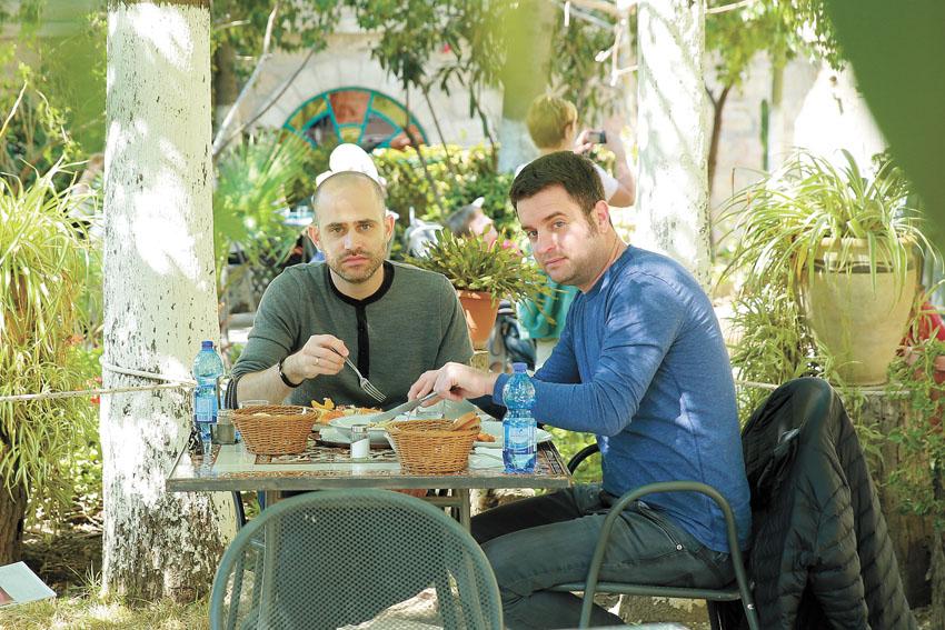יהונתן כהן ועמית אהרונסון, ההוספיס האוסטרי (צילום: ארנון בוסאני)