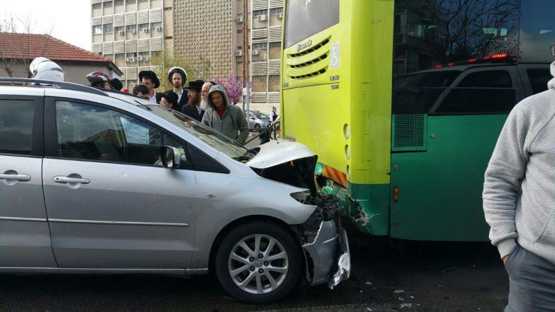 תאונת חזית-אחור בין רכב פרטי לאוטובוס (צילום: דוברות איחוד הצלה)