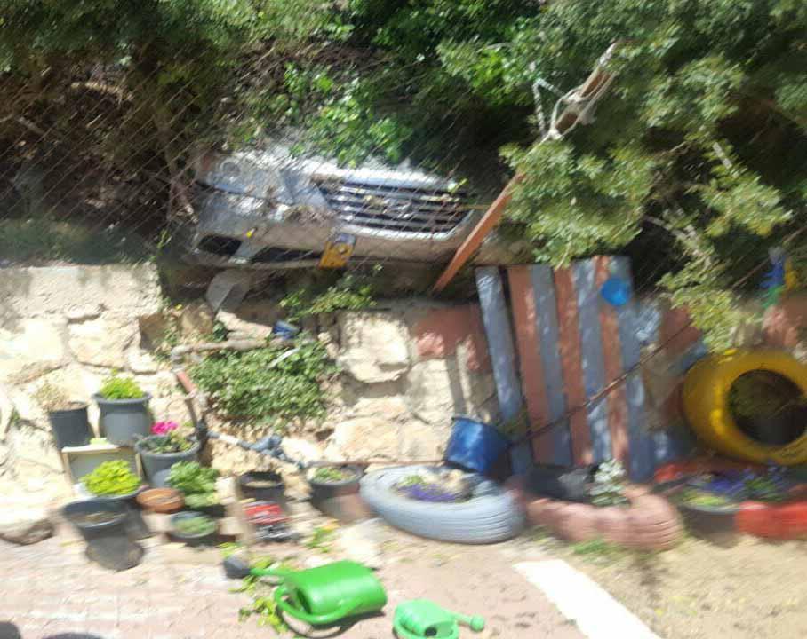 רכב התנגש בגדר של גן ילדים בקרית היובל (צילום: דוברות המשטרה)