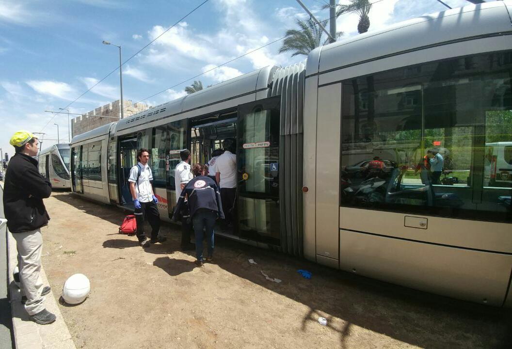 """פיגוע דקירה ברכבת הקלה (צילום: תיעוד מבצעי מד""""א)"""