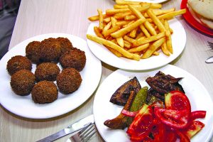 ויש גם פלאפל וצ'יפס, מסעדת פינתי (צילום: פול סגל)