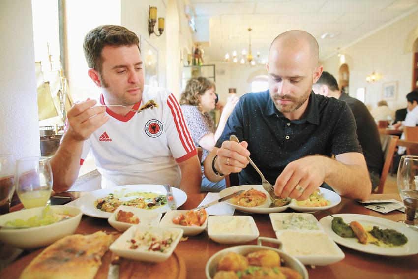 עמית אהרנסון ויהונתן כהן, מסעדת דולפין ים (צילום: ארנון בוסאני)