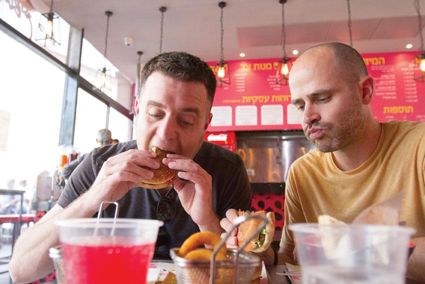 """עמית אהרונסון ויהונתן כהן אוכלים במסעדת """"שמונה"""" (צילום: אסף קרלה)"""
