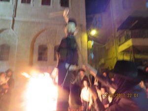 """שריפת בובות חיילים במאה שערים בל""""ג בעומר (צילום: ח.ג)"""