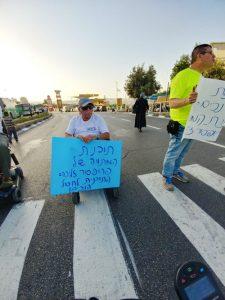 הפגנת הנכים בכניסה לעיר (צילום: נעמי מורביה)