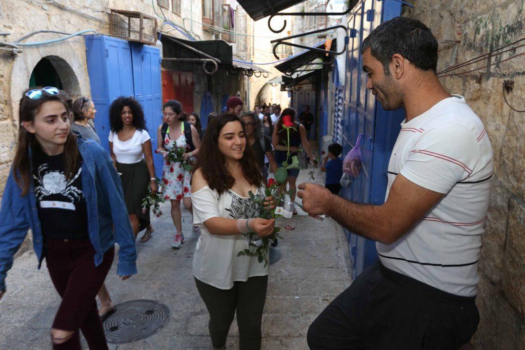 חלוקת פרחים בעיר העתיקה (צילום: תג מאיר)