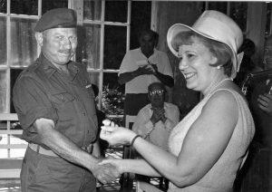 נשיאת ארגון נשות הדסה דאז שרלוט ג'ייקובסון, מקבלת את המפתחות לבית החולים ב-1967 (צילום: ארכיון נשות הדסה)