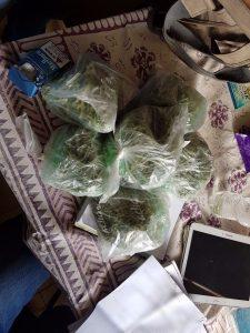 הסמים שנתפסו בדירתה של הצעירה (צילום: דוברות המשטרה)