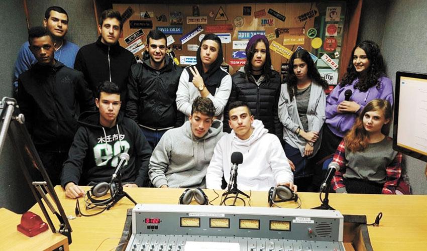 """המתנדבים ברדיו מעלה אדומים (צילום: החברה הארצית למתנ""""סים)"""