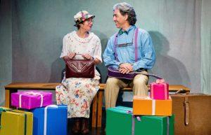 """מתוך הצגת """"רכבת המתנות של סבא וסבתא"""", תיאטרון הקרון (צילום: דור קדמי)"""