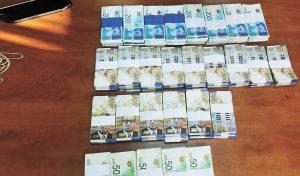 שטרות הכסף המזומן (צילום: דוברות המשטרה)