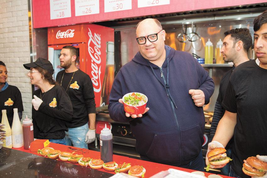 שף מושיק רוט בסניף ירושלים של רשת שמונה. (צילום: ניר עמר)