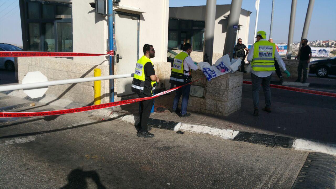 """זק""""א בזירת הדקירה במחסום חיזמא (צילום: נתי שפירא)"""