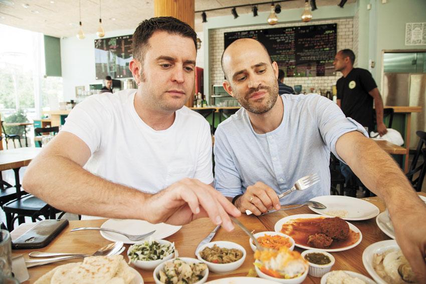 """עמית אהרנסון ויהונתן כהן במסעדת """"מיוחס"""" (צילום: חיים יוסף)"""