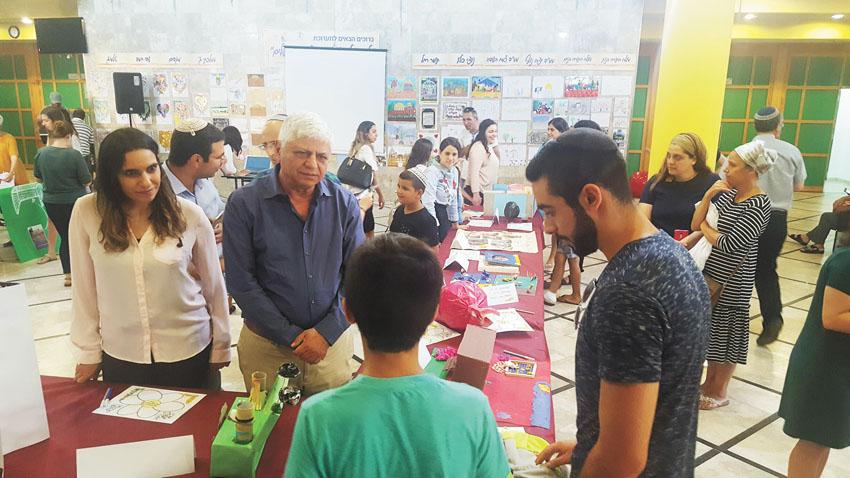"""מעלה אדומים בתמונה בני כשריאל באירוע השנתי של פרויקט פר""""ח (צילום עיריית)"""