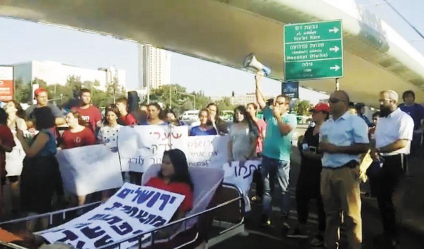 """הפגנת ההורים והילדים בכניסה לעיר, השבוע (צילום יח""""צ)"""
