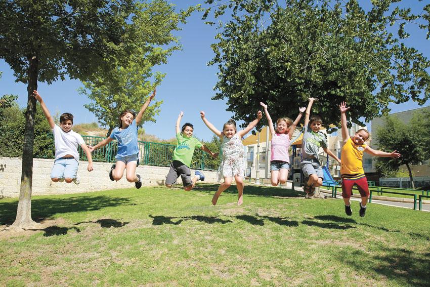 ילדים יוצאים לחופש הגדול (צילום: ארנון בוסאני)