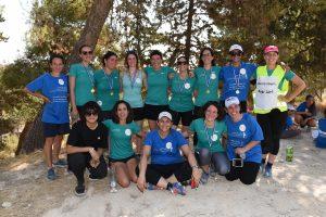 קבוצת הנשים רצות ללא גבולות והמאמנת רותי זינדל-אוכמן (למטה שנייה משמאל) (צילום: נחשון פילפסון)