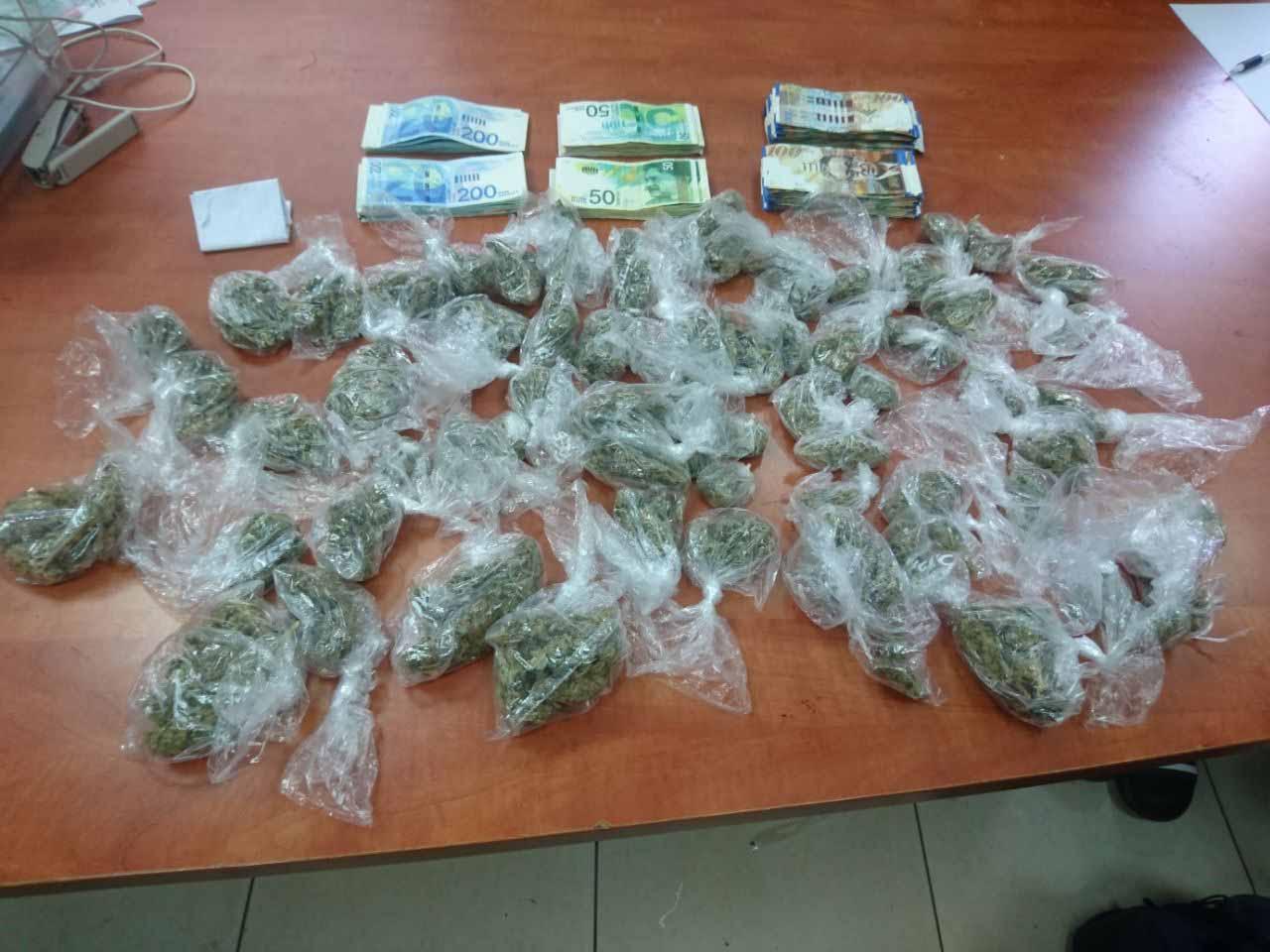 הסמים וכסף המזומן שנתפסו (צילום: דוברות המשטרה)