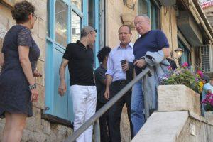 ניר ברקת עם חברים יוצא ממסעדה (צילום: פול סגל)