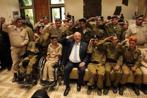 נשיא המדינה עם חיילי גודלים מהחיים (צילום: חנה עזריאל)
