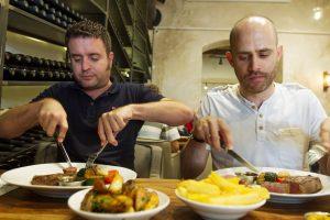 """עמית אהרנסון ויהונתן כהן במסעדת """"לחם בשר"""" (צילום: אסף קרלה)"""